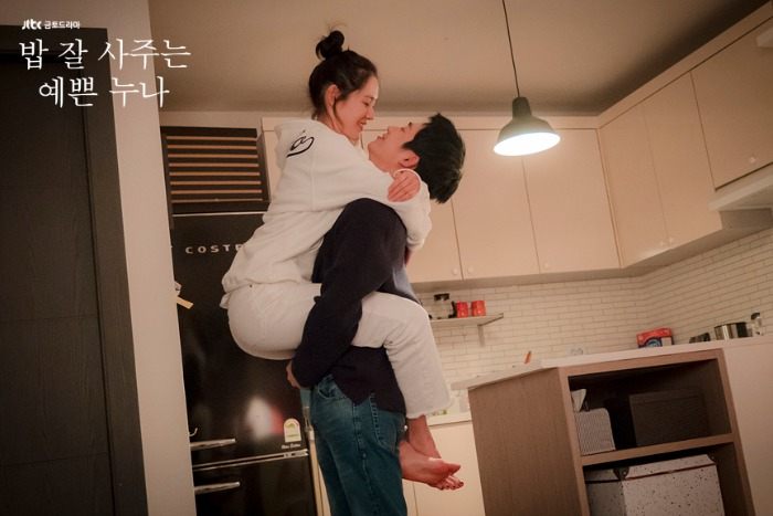 Live recap for episode 6 of the Korean drama Pretty Noona Who Buys Me Food (aka Something in the Rain) which airs on JTBC on Friday and Saturday at 23:00 Seoul time, and stars Son Ye-Jin and Jung Hae-In.
