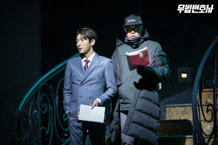 Behind the scenes images from the Korean drama Lawless Lawyer starring Lee Joon-gi and Seo Ye-ji