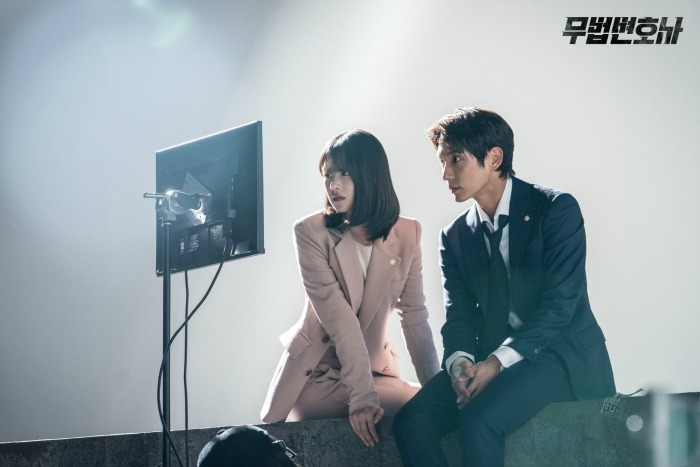 Korean Drama Lawless Lawyer Behind the scenes and set images starring Lee Joon-gi and Seo Ye-ji