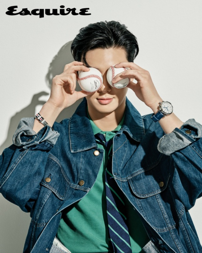 Park Seo-joon putting baseballs in front of his eyes