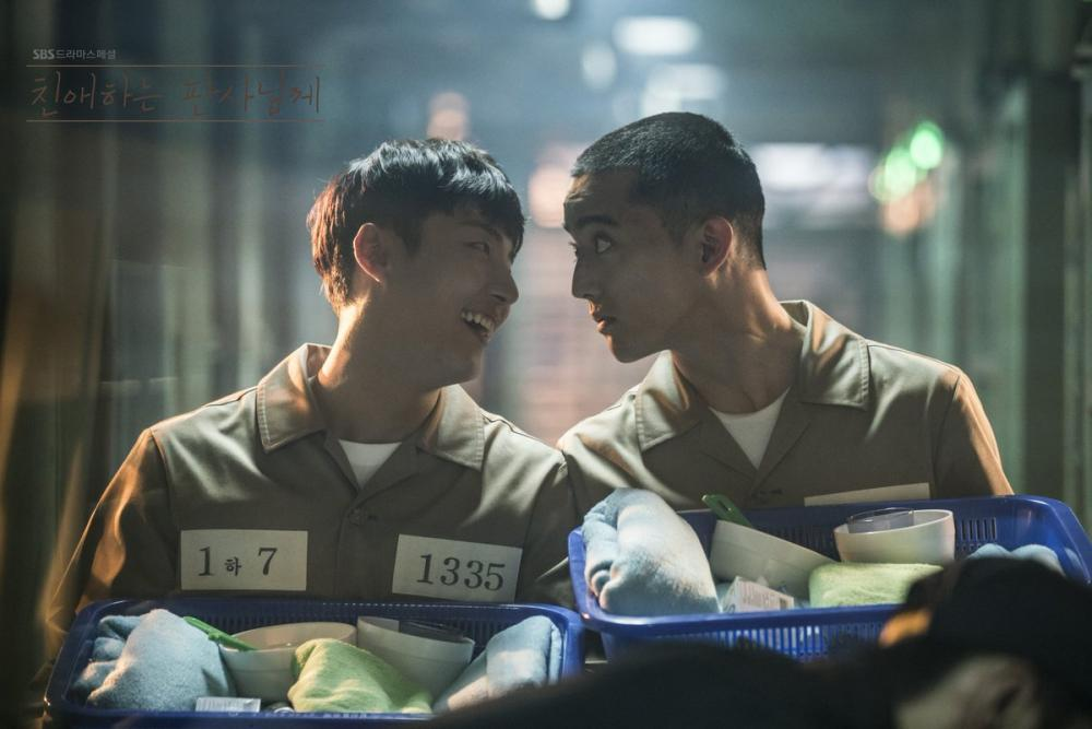 Yoon Shi-yoon talking to an inmate in prison