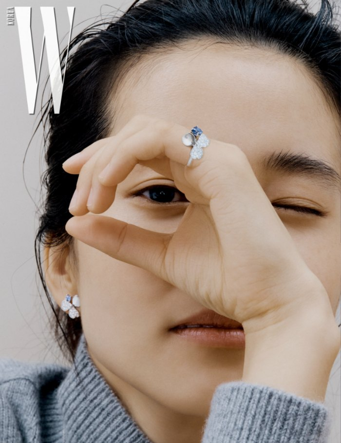 Kim Tae Ri playing eye spy with a pinky ring, matching earrings, and a wink