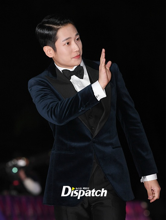 Jung Hae In in a black tuxedo on the red carpet of the Asia Pacific Star Awards