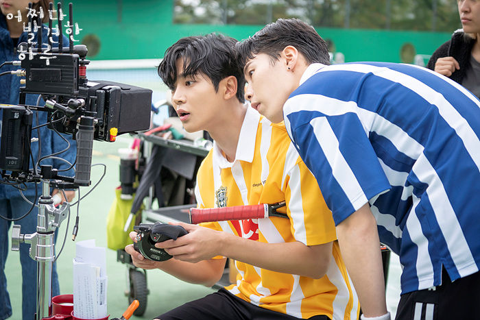 Ro Woon and Lee Jae-wook behind the scenes in Extraordinary You
