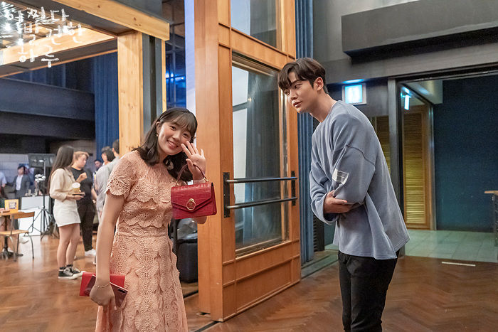 Kim Hye-yoon and Ro Woon behind the scenes in Extraordinary You